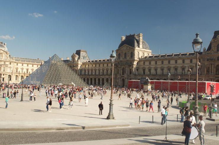Louvre Paris Museum, the world's largest museum (epiphany of jouney)