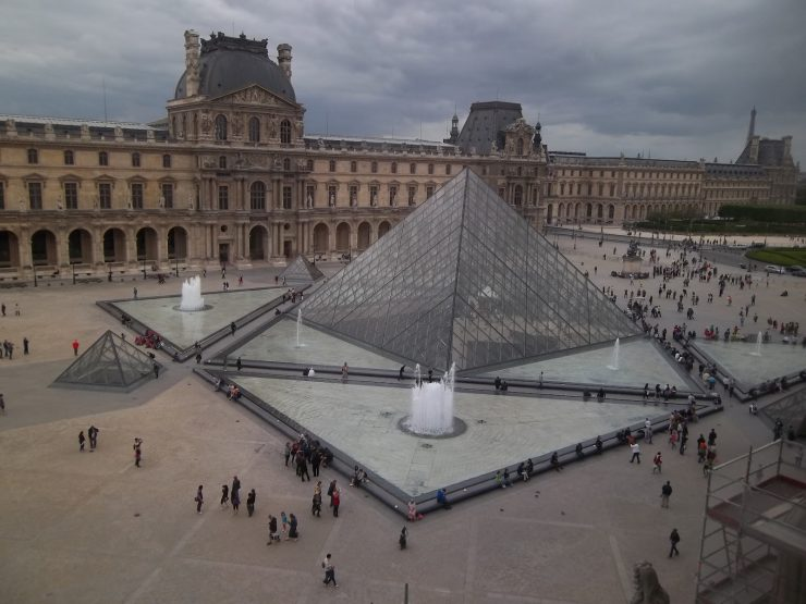 Descriptive text about Louvre museum