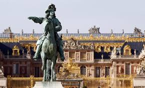 Statue in fornt Versailles Palace Paris (Radio Monte Cario)