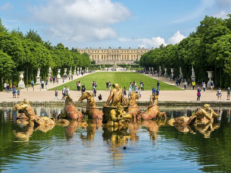 The famous Apollo Fountain and the gardens of the Palace of Versailles near Paris (atlaspamatek.info)